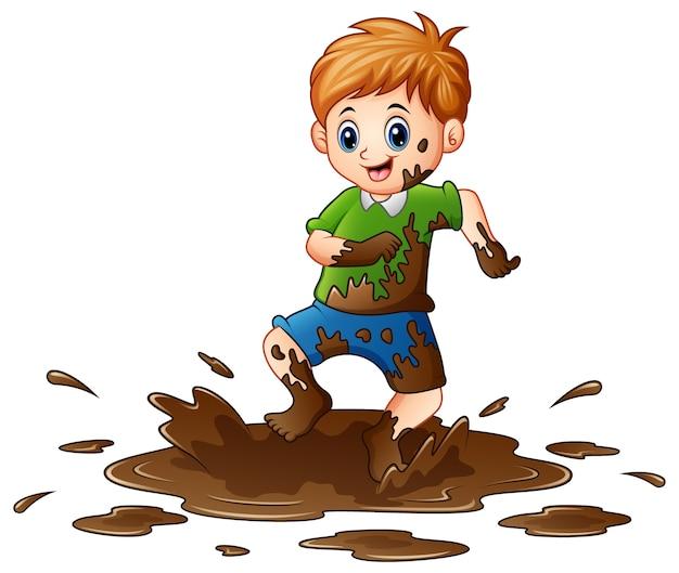 진흙에서 노는 어린 소년