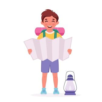 マップバックパック寝袋と小さな男の子のスカウト夏のキッズキャンプ