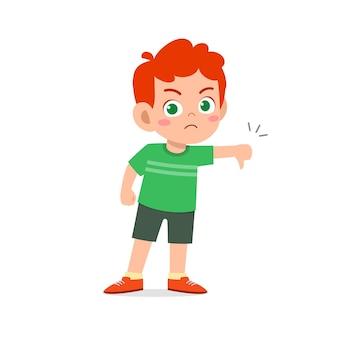 小さな男の子は親指を下に向けたジェスチャーで意見の相違を示します