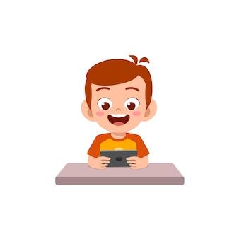 휴대 전화와 웃음을 사용하는 어린 소년