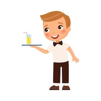 Il cameriere del ragazzino porge un vassoio di succo d'arancia