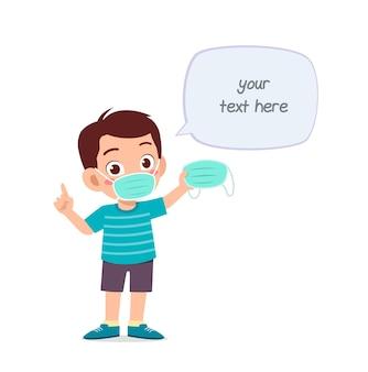 Маленький мальчик в маске и предупреждает о вирусе