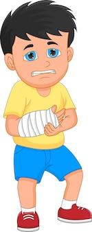 Маленький мальчик со сломанной рукой на белом фоне