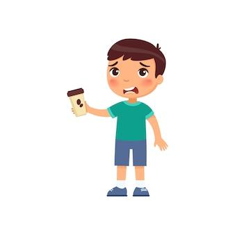 テイクアウトのコーヒーを持った少年。温かい飲み物の漫画のキャラクターのかわいい子供。苦いエネルギー飲み物と紙コップを保持している不幸な子