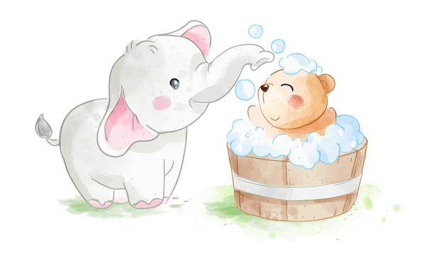 木製の浴槽のイラストでクマの友人をシャワーしている小さな象