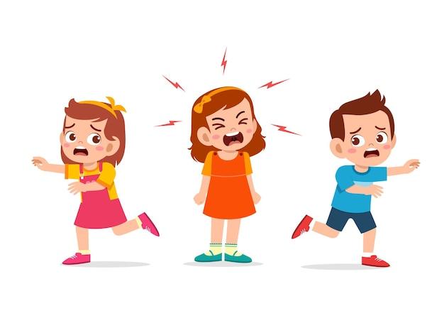 어린 소녀는 울고 비명을 지르며 그녀의 친구를 뛰게 만듭니다.