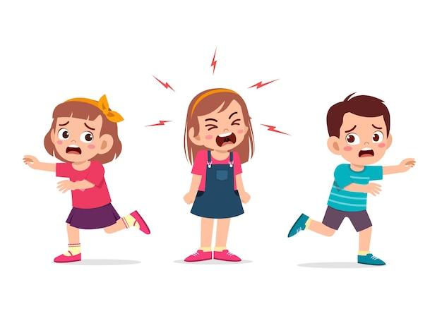 小さな女の子はとても大声で泣いて叫び、彼女の友人を走らせます