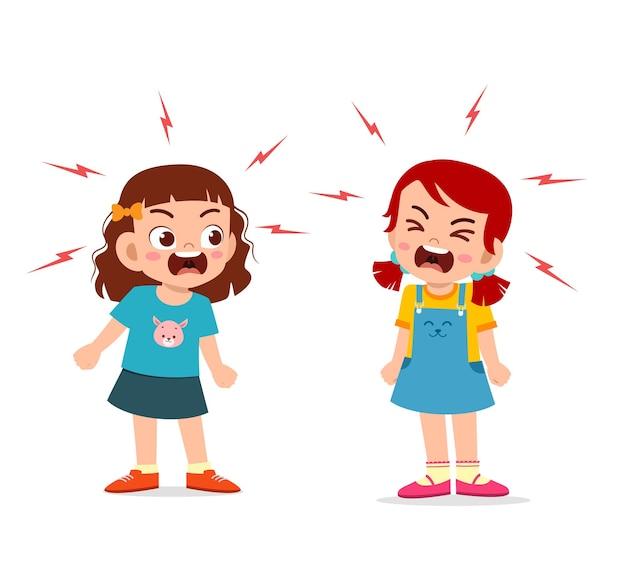 Маленькая девочка борется и спорит со своим другом