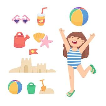 어린 소녀가 해변에서 공을 치고 있습니다. 해변에서 휴가의 속성. 바다에서의 활동