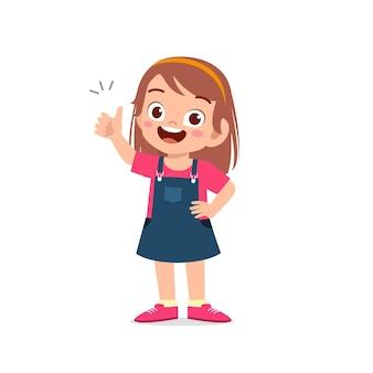 Маленькая девочка показывает соглашение с большим пальцем вверх жест рукой