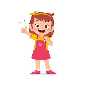 小さな女の子は親指を立てる手のジェスチャーで同意を示します