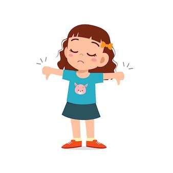 小さな女の子は親指を下に向けたジェスチャーで意見の相違を示します