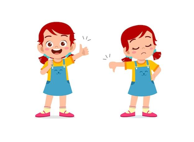 小さな女の子は手のジェスチャーの親指を上に、親指を下に図を示しています