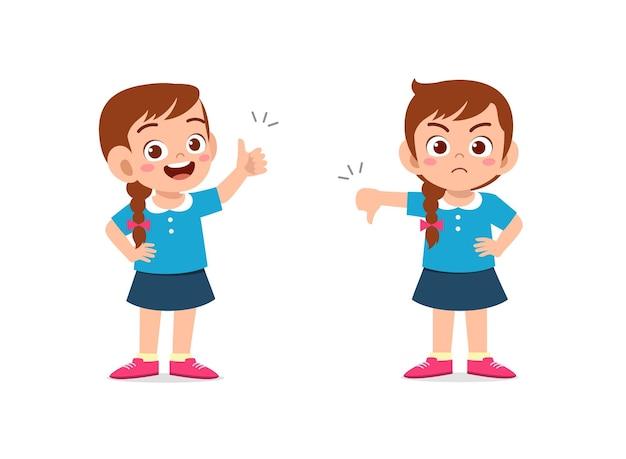 小さな女の子は手のジェスチャーの親指を上に、親指を下に表示