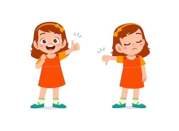 小さな女の子は手のジェスチャーの親指を上に、親指を下に表示します