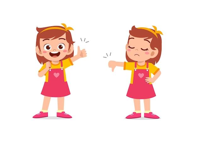 Маленькая девочка показывает жест рукой большой палец вверх и большой палец вниз
