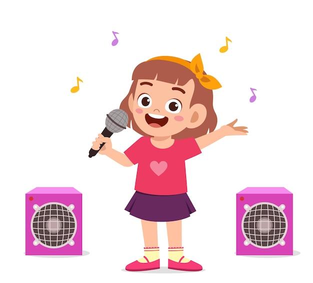 Маленькая девочка поет красивую песню на сцене