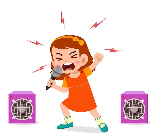 Маленькая девочка поет песню на сцене и кричит