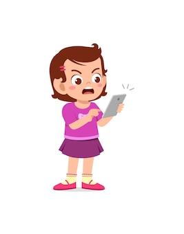 휴대 전화를 사용 하 고 화가 어린 소녀