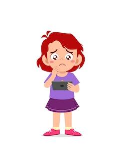 휴대 전화를 사용 하 고 우는 어린 소녀