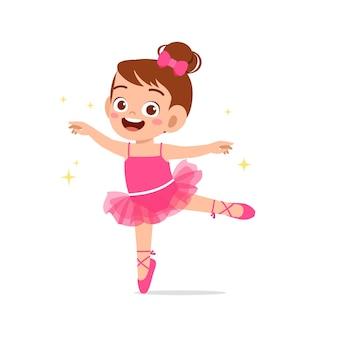 Маленькая девочка в красивом костюме балерины и танцует