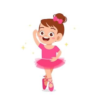 어린 소녀는 아름다운 발레리나 의상을 입고 춤을