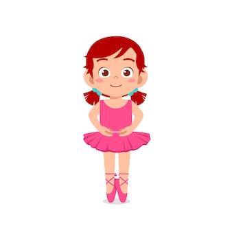 小さな女の子は美しいバレリーナの衣装を着て踊ります