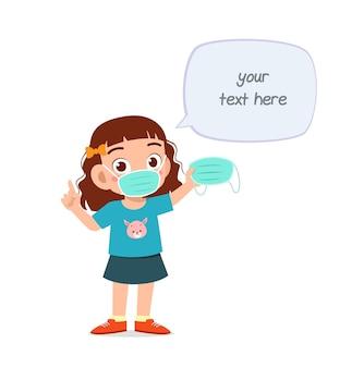 Маленькая девочка в маске предупреждает о вирусе