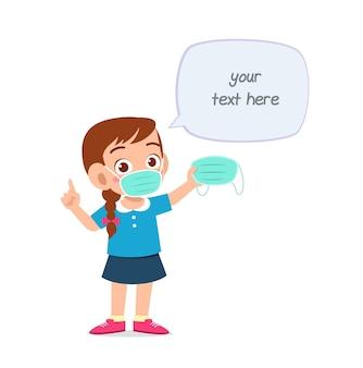 마스크를 쓰고 바이러스에 대해 경고하는 어린 소녀
