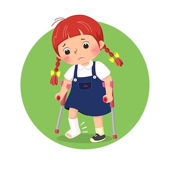 Маленькая девочка со сломанной повязкой на ноге гуляет на костылях