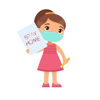 「ステイホーム」記号の付いた紙シートを保持しているフェイスマスクを持つ少女。画像と白い背景で隔離の手で鉛筆でかわいい小学生。ウイルス保護の概念。