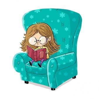 Маленькая девочка в очках читает книгу в кресле