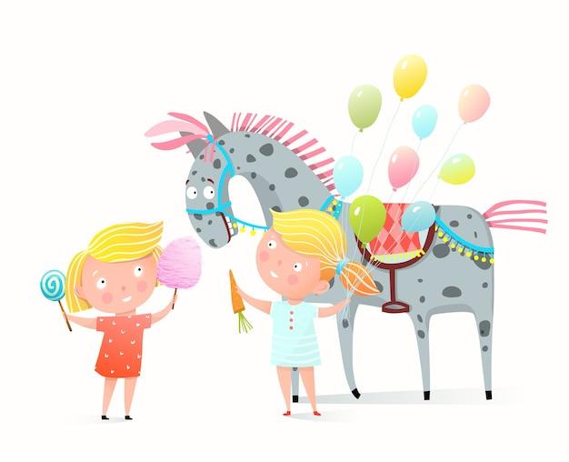 お菓子や綿菓子を共有する小さな女の子の子供たち