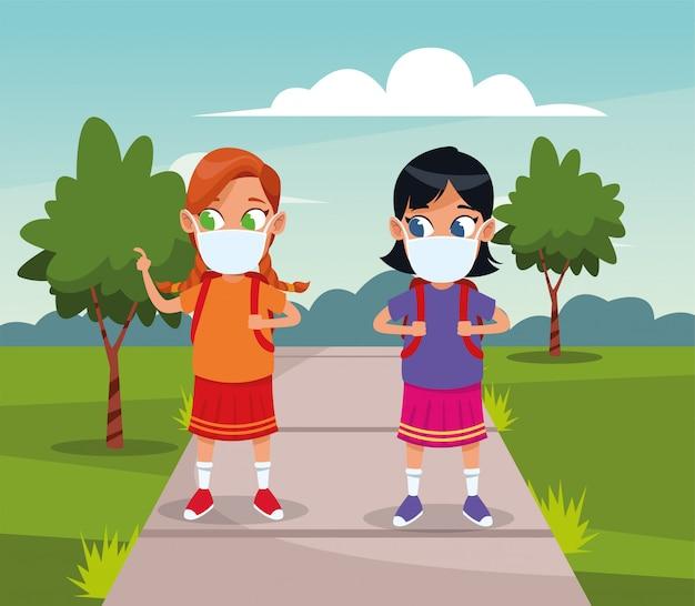 공원에서 covid19에 대한 얼굴 마스크를 사용하는 어린 소녀