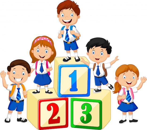 숫자 블록이있는 작은 행복한 아이들