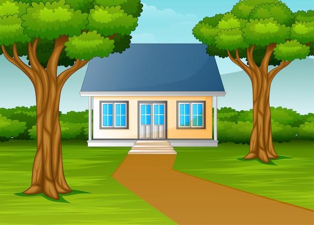 Домик в красивой деревне с зеленым двором