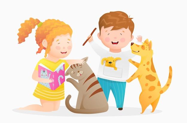 ペットと遊ぶ小さな子供たちの男の子と女の子。動物の犬と猫と遊んだり、なでたり、子猫に本を読んだり、犬に棒を投げたりする子供たち。子供のための水彩画スタイルの手描き漫画。