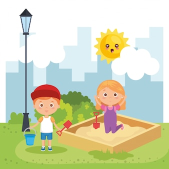 Пара маленьких детей, играя в парке