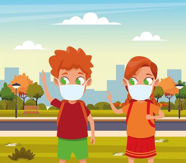 작은 아이 부부는 공원에서 covid19에 대한 얼굴 마스크를 사용하여