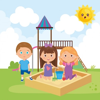 Группа маленьких детей, играющих в парке