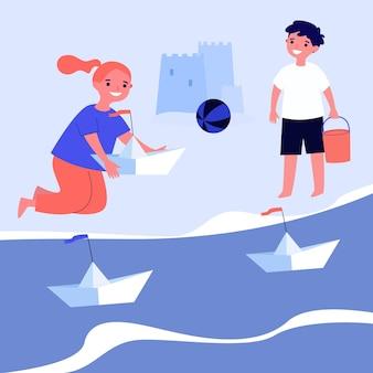 종이배를 가지고 노는 어린 아이들. 바다, 해변, 장난감 평면 벡터 일러스트 레이 션. 배너, 웹 사이트 디자인 또는 방문 웹 페이지에 대한 엔터테인먼트 및 여름 휴가 개념