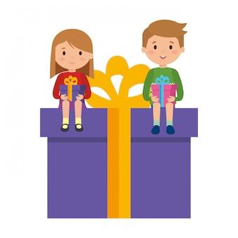 Маленькие дети сидят в подарке с зимней одеждой