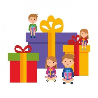 Маленькие дети сидят в подарках с зимней одеждой