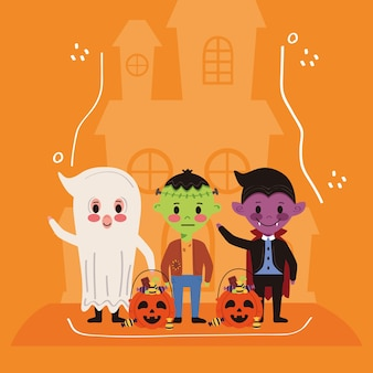 ハロウィーンの衣装のキャラクターとお化け城を持つ小さな子供たち