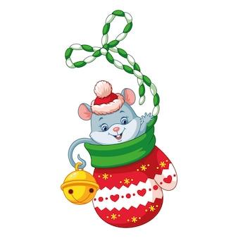 Мышонок в рождественской варежке на белом фоне
