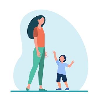 그의 엄마에게 팔을 뻗는 작은 아들. 여자와 아이가 함께 걷는 평면 그림.