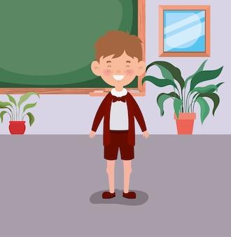 Piccolo ragazzo studente in classe