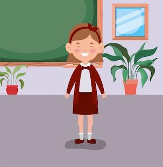 教室で小さな学生の女の子