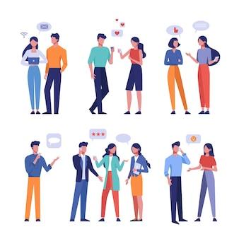ライブおよびオンライン通信フラットセット。スマートフォンの顔のないキャラクターで人、男性、女性を話します。ソーシャルネットワークユーザーと吹き出し