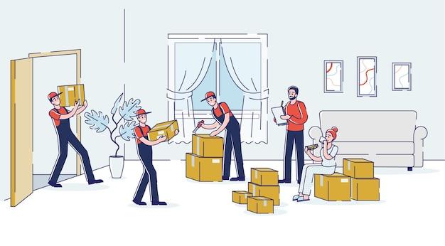 로더는 집을 옮기는 동안 새 집 거실에 상자를 운반합니다.